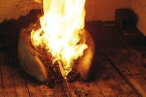 stahl in der schmiede erhitzt